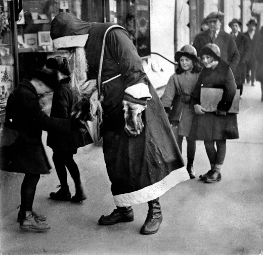 Joulupukki_Helsingin_kaduilla,_14.12.1930