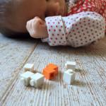 Vuoden vauva tutustuu legoihin