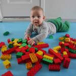 Vuoden vauva taas legonrakennushommissa